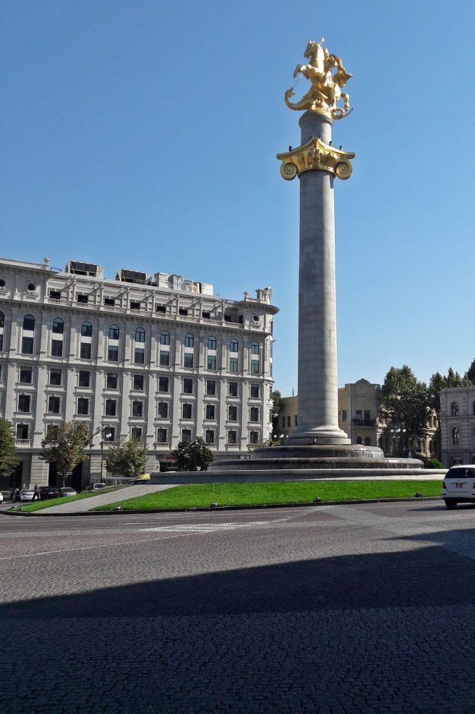 Plac Wolności w Tbilisi z pomnikiem św. Jerzego
