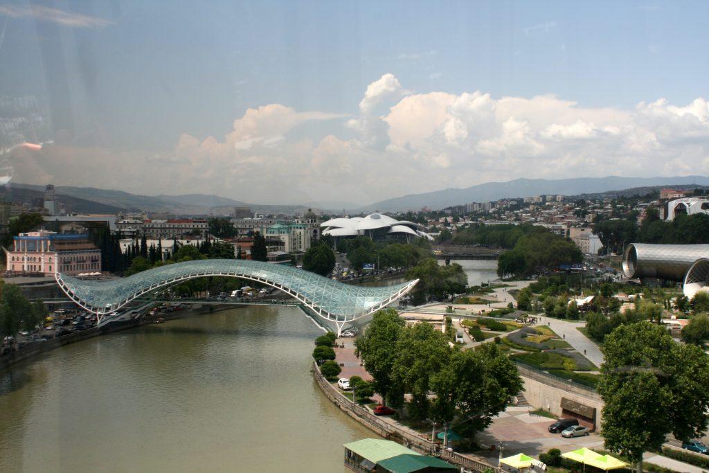 Widok z kolejki linowej na most pokoju - tbilisi